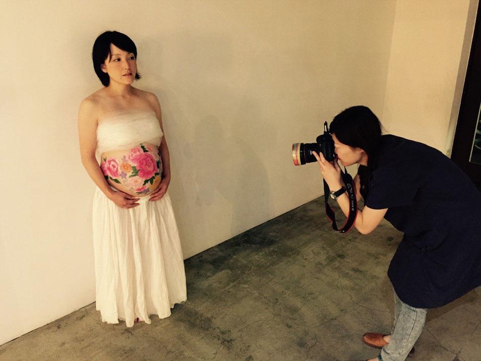 マタニティフォトカメラマン、広瀬氏による撮影場面。