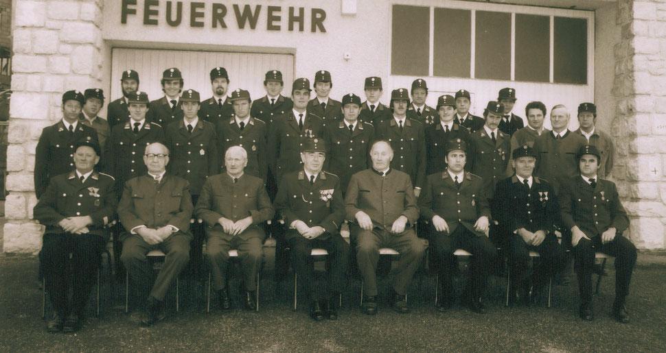 Gruppenbild aus dem Jahre 1983 vor dem alten Feuerwehrdepot