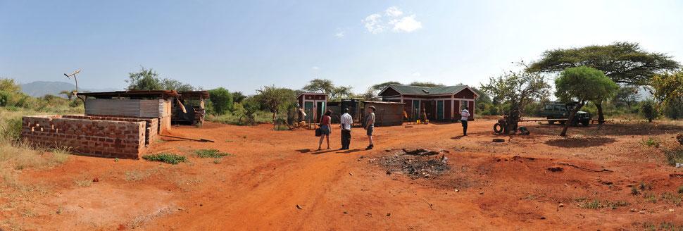 Haus für Hausmeisterfamilie mit Hühner- und Ziegenstall
