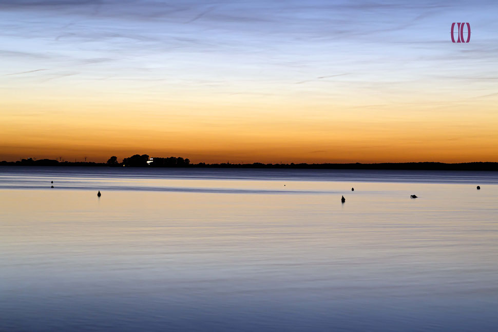 Insel im Wasser bei rotblauem Himmel