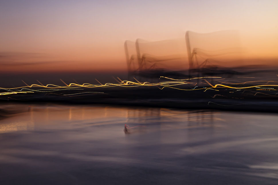 abstrakte Darstellung der Krananlagen im Hafen von Zeebrügge