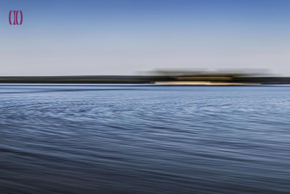 abstrakte Darstellung Wasser mit Insel und Himmel