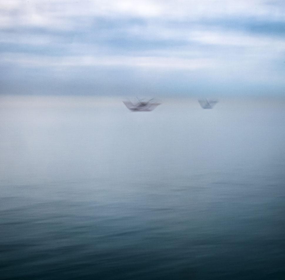 abstrakte Darstellung von Fischtrawlern auf dem Meer