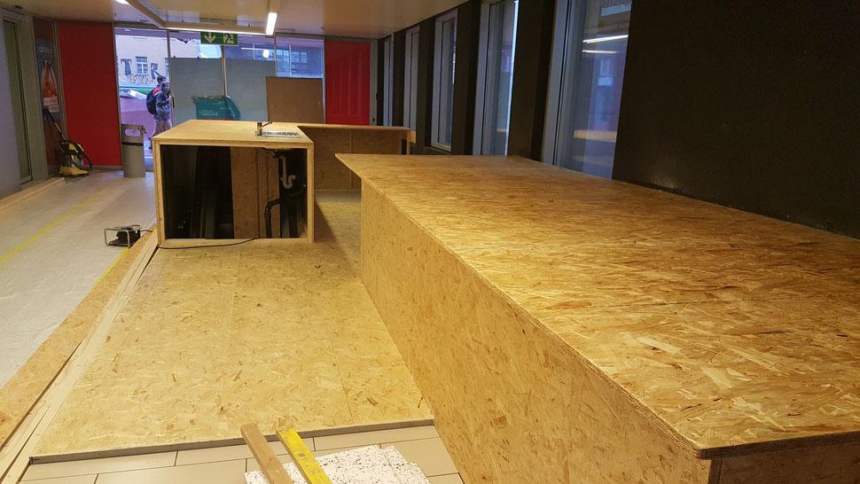 Création d'un sol dans une trémie d'escalators et deux tables de bar. Flon Juin 2017