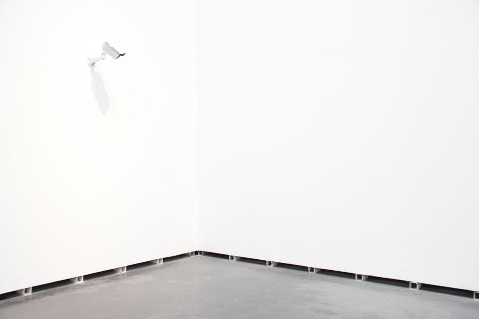 CAM´S | Instalación con sistema de videovigilancia con camaras IP que vigilan el espacio expositivo | 99 D.D.