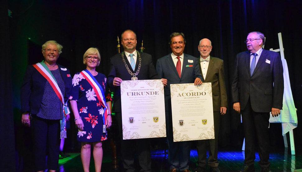 Feierliche Unterzeichnung der Urkunden durch Bürgermeister Dirk Antkowiak und seinen Amtskollegen Jorge Faria. (Foto: Corinna Weigelt)