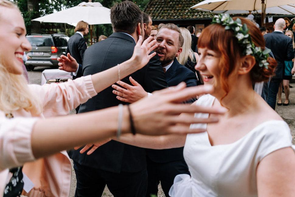 Hannover Hochzeit, Hochzeitsfotograf Thomas Sasse, Natürliche Reportagen Magdeburg, Hof Wietfeldt, Glückwunsch Brautpaar