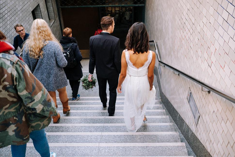 Thomas Sasse Fotografie Berlin, U Bahn, Laufen, Brautpaar, Street, Hochzeitsfotograf Magdeburg, Straßenbahn