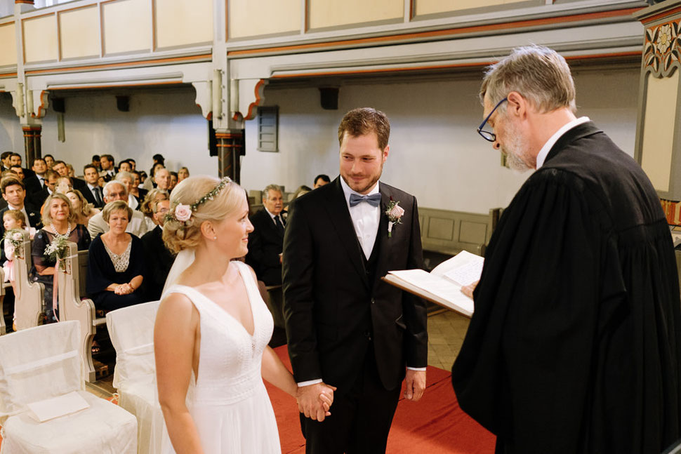 Altmark Hochzeit, Thomas Sasse, Brautpaar, Kirche, Gottesdienst, Trauung, Hochzeitsfotograf Magdeburg, Stendal, Roexe, Tangermuende