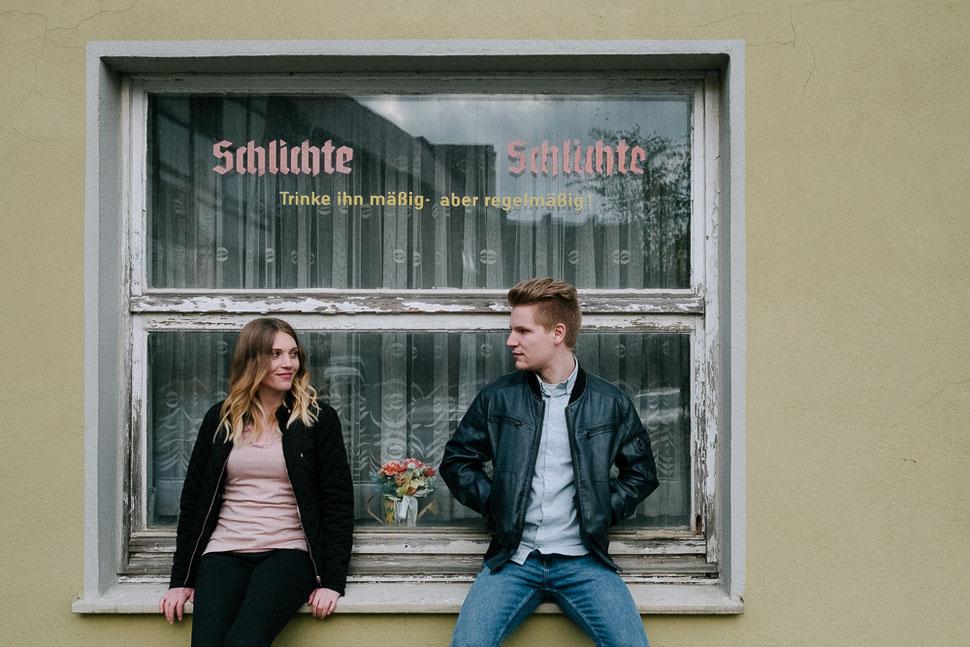 Paarshooting mit Sina und Malte in Schöningen, Fenster, Schlichte, Trinke ihn mäßig aber regelmäßig, Hochzeitsfotograf Thomas Sasse aus Magdeburg