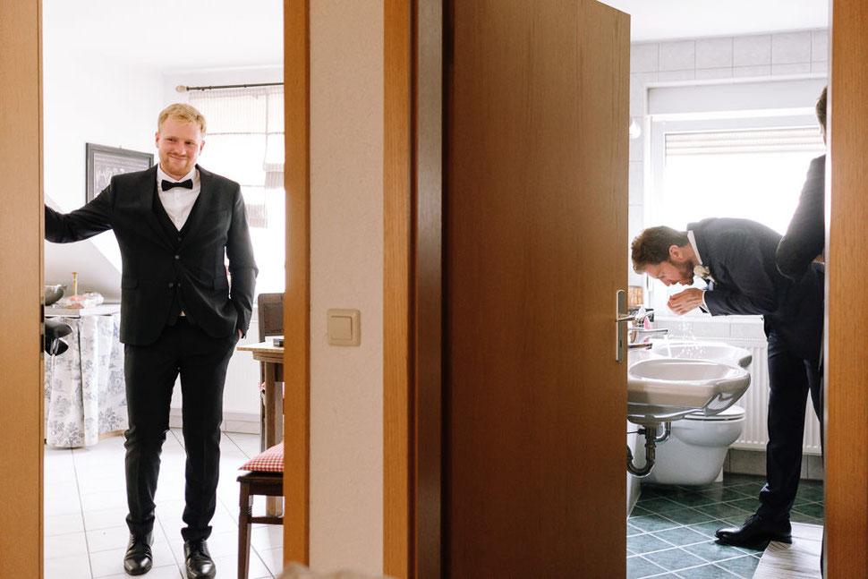 Altmark Hochzeit, Thomas Sasse, Bräutigam, Hochzeitsfotograf Magdeburg, Stendal, Roexe, Tangermuende, Türen, Bad, Küche
