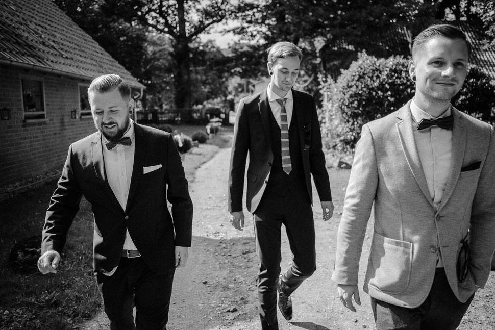 Hannover Hochzeit, Hochzeitsfotograf Thomas Sasse, Natürliche Reportagen Magdeburg, Hof Wietfeldt, Getting Ready Brautpaar Groom Kumpels Freunde
