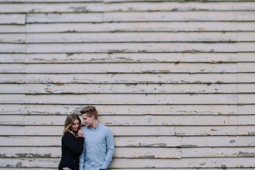 Paarshooting mit Sina und Malte in Schöningen vor einer Holz Wand, Hochzeitsfotograf Thomas Sasse aus Magdeburg