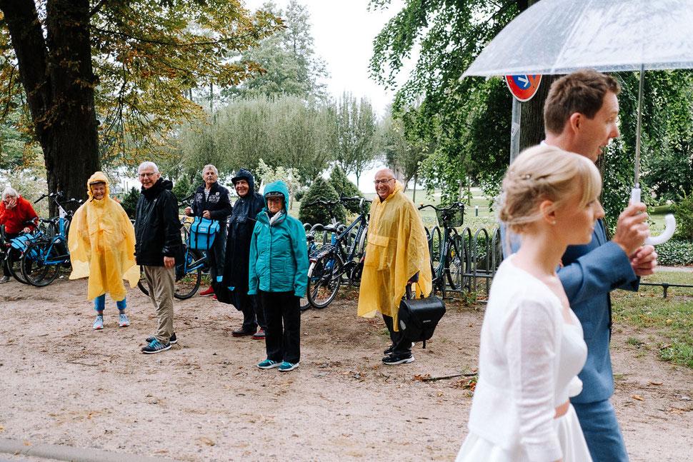 Thomas Sasse Fotografie, Mirow, Regen, Regenmantel, Hochzeit, Brautpaar, Wasser, Hochzeitsfotograf Magdeburg