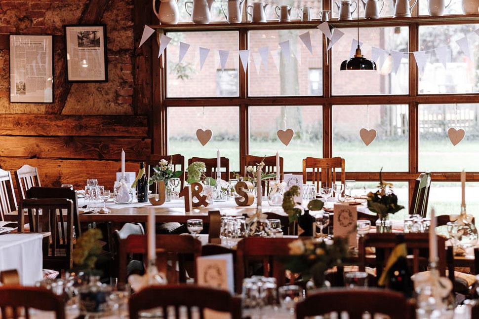 Hannover Hochzeit, Hochzeitsfotograf Thomas Sasse, Natürliche Reportagen Magdeburg, Hof Wietfeldt, Location Tisch Dekoration