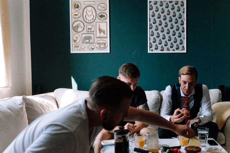 Hannover Hochzeit, Hochzeitsfotograf Thomas Sasse, Natürliche Reportagen Magdeburg, Hof Wietfeldt, Getting Ready Brautpaar Vorbereitungen Frühstück
