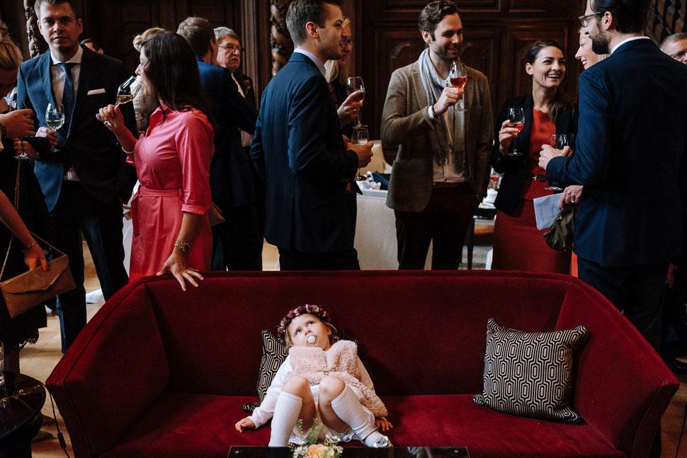 Thomas Sasse Fotografie Schlosshotel Muenchhausen, Pause, Brautpaar, rotes Sofa, Hochzeitsfotograf Magdeburg, Kind, Langeweile Hochzeit
