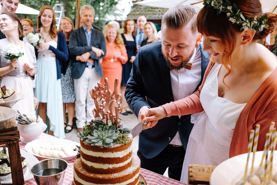 Hannover Hochzeit, Hochzeitsfotograf Thomas Sasse, Natürliche Reportagen Magdeburg, Hof Wietfeldt, Torte Naked Cake Brautpaar
