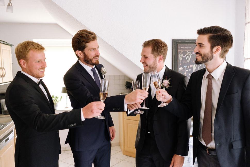 Altmark Hochzeit, Thomas Sasse, Bräutigam, Hochzeitsfotograf Magdeburg, Stendal, Roexe, Tangermuende, Prost