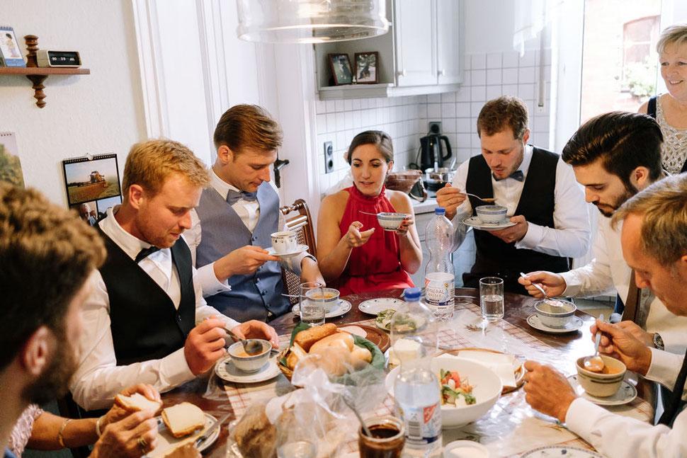 Altmark Hochzeit, Thomas Sasse, Brautpaar, Kirche, Gottesdienst, Trauung, Hochzeitsfotograf Magdeburg, Stendal, Roexe, Tangermuende, Kueche, Tisch, Essen, Suppe