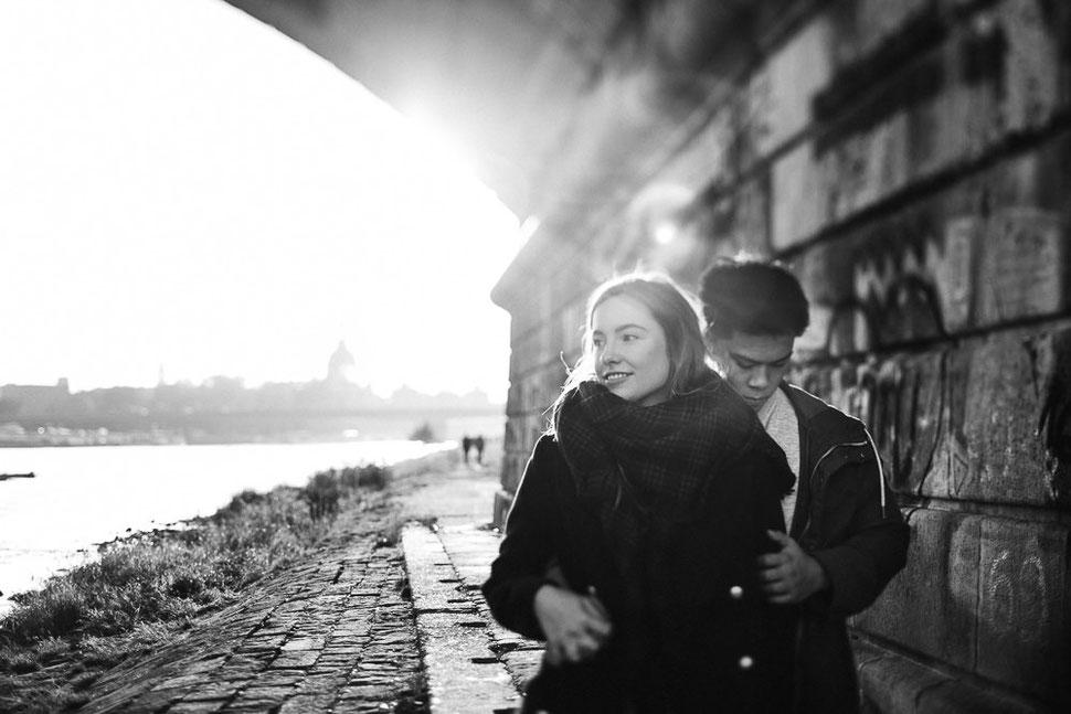 Franziska Tschubi, Paarshooting in Dresden Neustadt, Elbe, Shooting am Elbufer, Leipzig, Paar, Hochzeitsfotograf Thomas Sasse aus Magdeburg