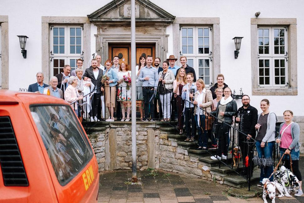 Hannover Hochzeit, Hochzeitsfotograf Thomas Sasse, Natürliche Reportagen Magdeburg, Hof Wietfeldt, Feuerwehr Auto Bad Münder