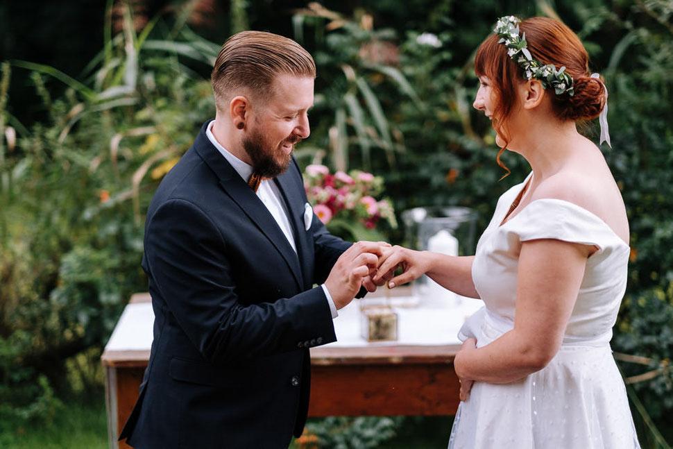 Hannover Hochzeit, Hochzeitsfotograf Thomas Sasse, Natürliche Reportagen Magdeburg, Hof Wietfeldt, Ringtausch Brautpaar