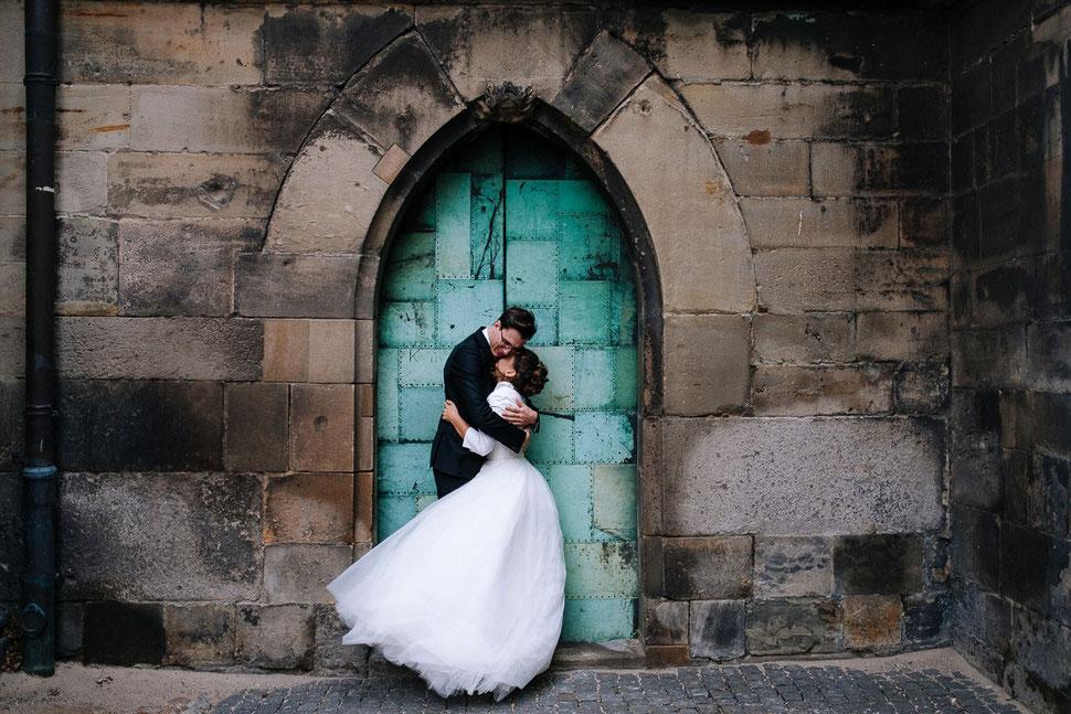 Thomas Sasse Fotografie, Magdeburger Dom, Tür, Hände, Brautpaar, Street, Hochzeitsfotograf Magdeburg, Hochzeit