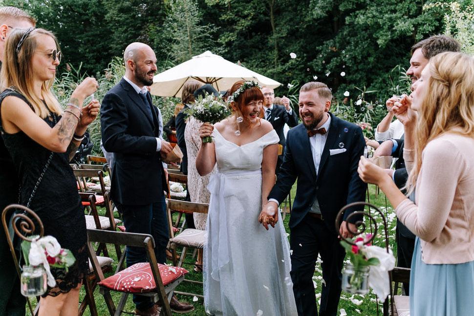 Auszug Hannover Hochzeit, Hochzeitsfotograf Thomas Sasse, Natürliche Reportagen Magdeburg, Hof Wietfeldt, Ringtausch Brautpaar