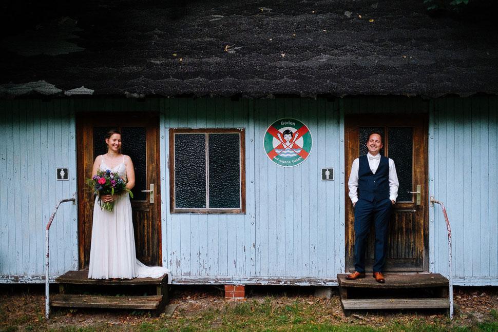 Thomas Sasse Fotografie, Freibad Friedensau, Spiegelung, Brautpaar, Wasser, Hochzeitsfotograf Magdeburg, Umkleide, Hochzeit