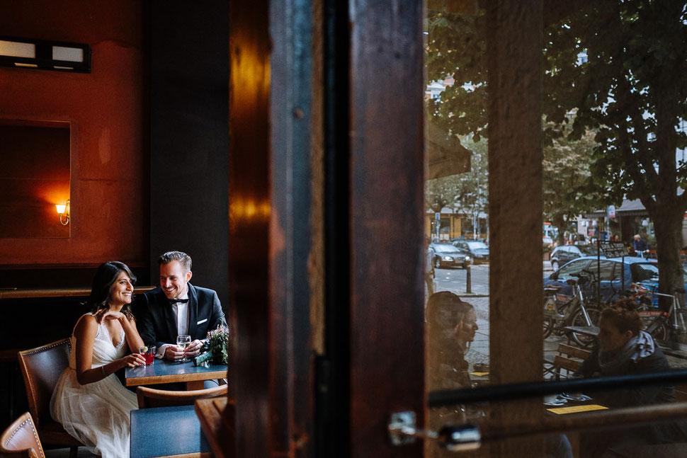 Thomas Sasse Fotografie Berlin, Pause in der Bar, Spiegelung, Brautpaar, Street, Hochzeitsfotograf Magdeburg