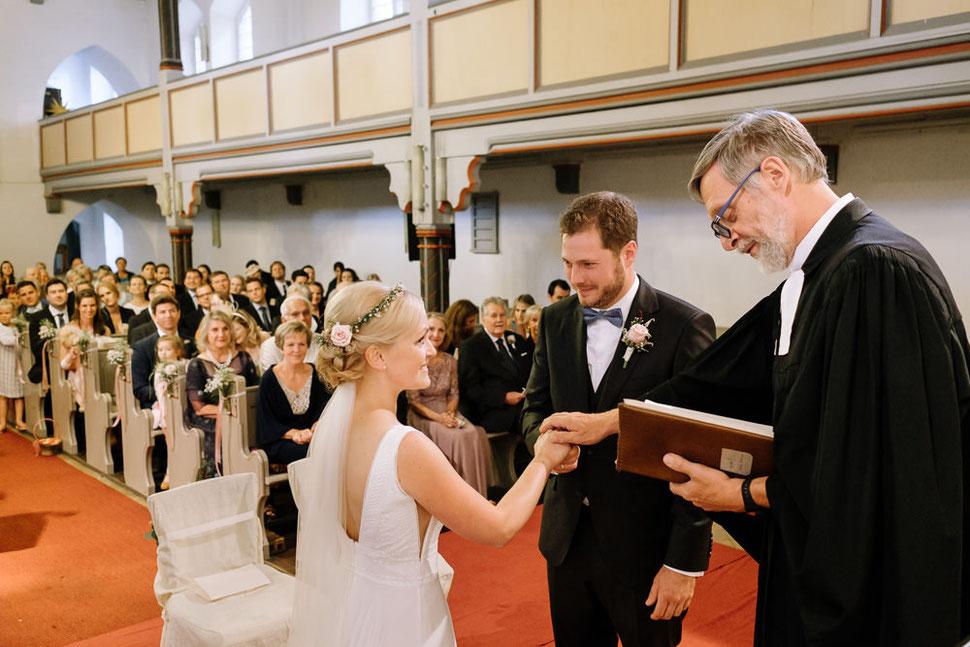 Altmark Hochzeit, Thomas Sasse, Brautpaar, Kirche, Gottesdienst, Trauung, Hochzeitsfotograf Magdeburg, Stendal, Roexe, Tangermuende, Segen