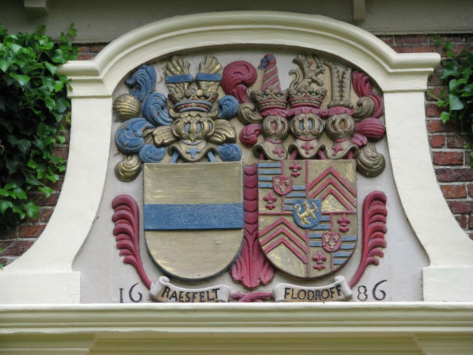 Das Wappen der Familie von Raesfeld und Flodroff und die Jahreszahl der Grundsteinlegung über der Eingangstür des Herrenhauses