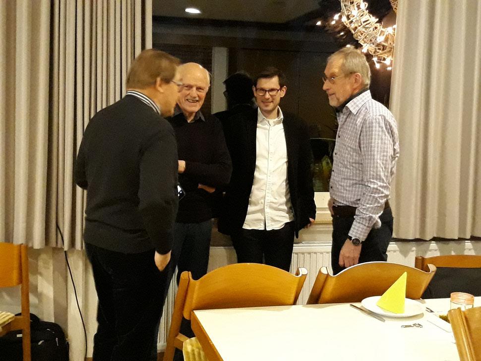 Informationsaustausch  (v l. Dirk Lammersma (DBM), Swier Knief (DBM), Christian Lonnemann (Kreisarchivar), Benno Sager DBM))