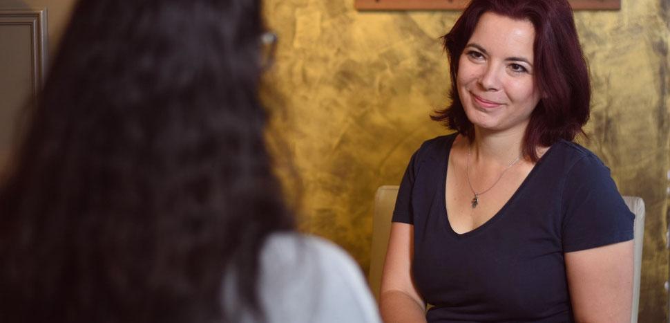 Conny, Mindset Coaching für Frauen, hört der Klientin aufmerksam zu, um ihr dann aufzeigen zu können, wie sie ihr Potenzial entfalten kann.
