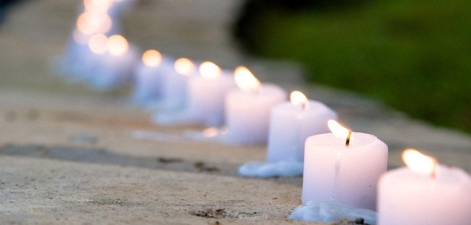 lange Reihe von Kerzen bei freier Trauung
