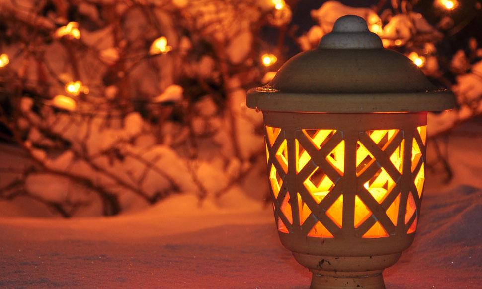 Windlicht im Schnee bei Nacht