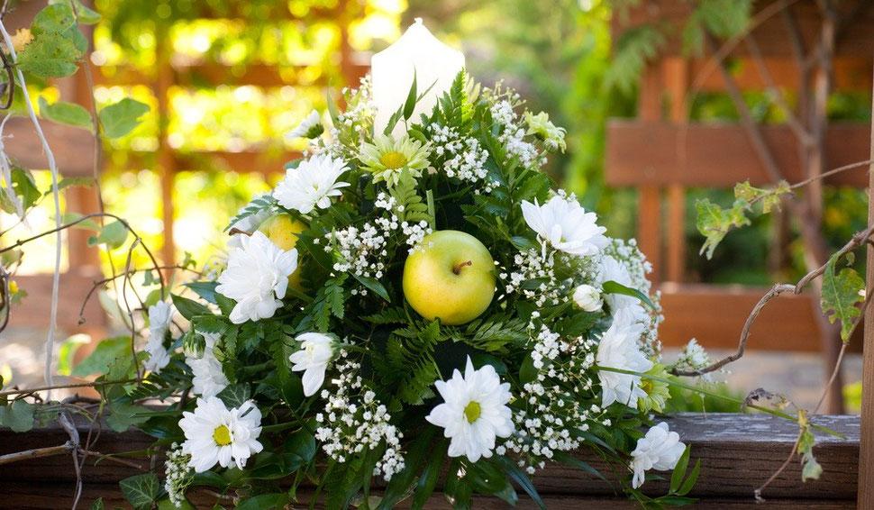 weißer Blumenschmuck einer freien Trauung im Freien