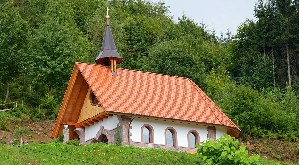 Kleine freie Kapelle am Berg