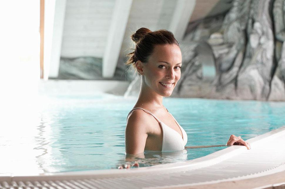 S&K GmbH Jacuzzi Whirlpool - Ein Frau im Schwimmbecken