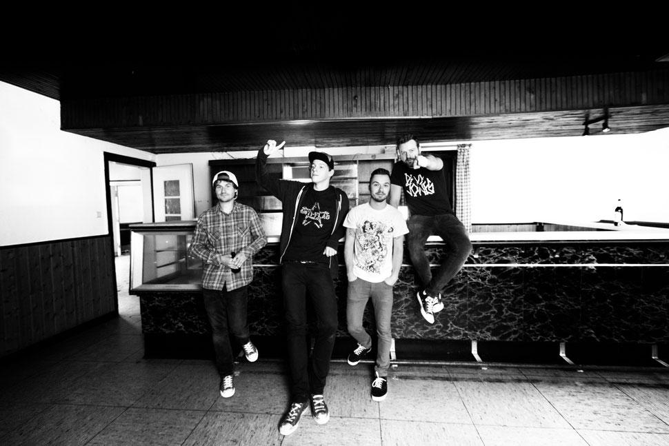 v.l.n.r.: Basti Sauer (Gitarre), Timo Weigand (Schlagzeug), Matthias Althaus (Gesang, Gitarre), Sascha Rötz (Bass)