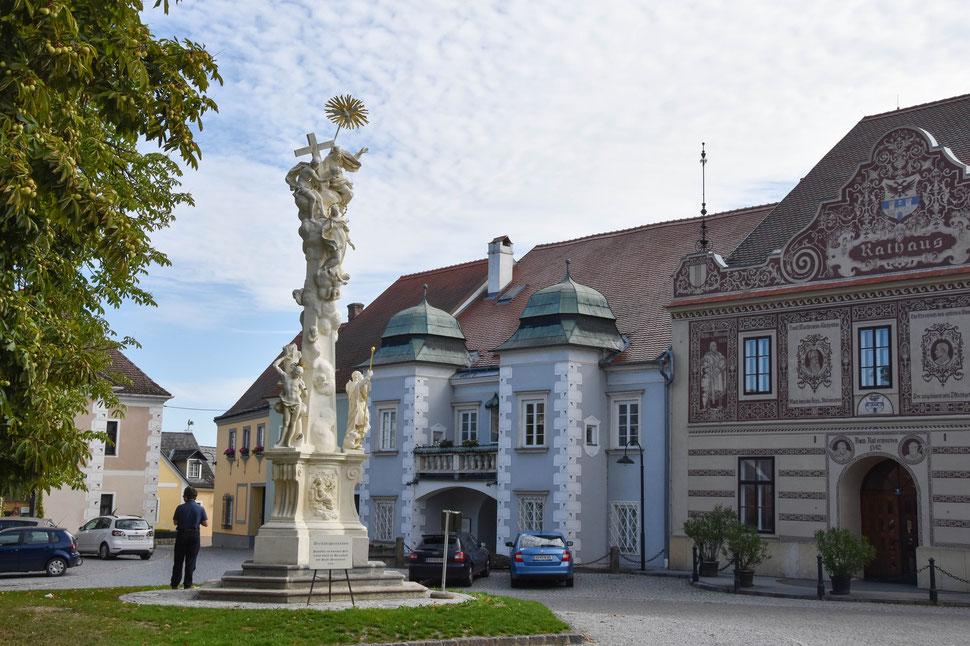 Drosendorf Hauptplatz -das Rathaus und die Dreifaltigkeitssäule