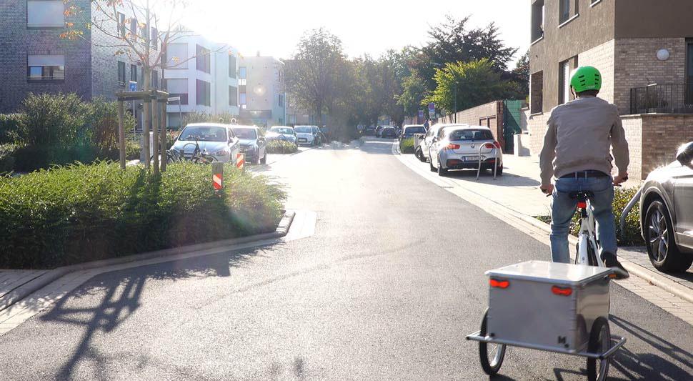 Fahrrad Boxtrailer Maiporter Z130 fährt über Kopfsteinpflaster