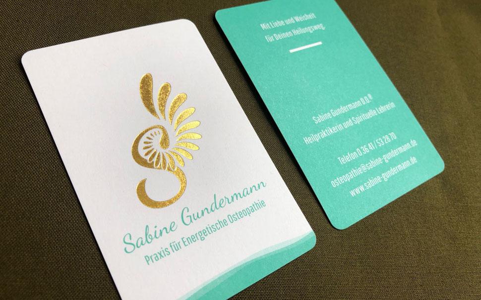 Visitenkarten-Design mit Heißfolienprägung Gold für Praxis für Energetische Osteopathie