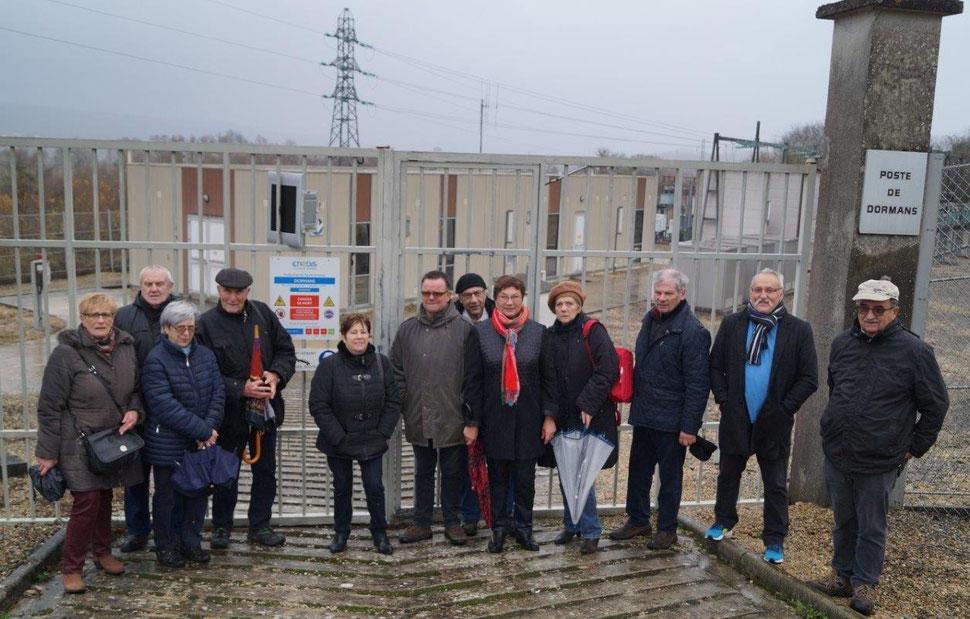 Maire déléguée de La Chapelle-Monthodon, Jacqueline Picart, au centre avec le foulard rouge, se bat aux côtés des abonnés mécontents pour un service public de qualité.