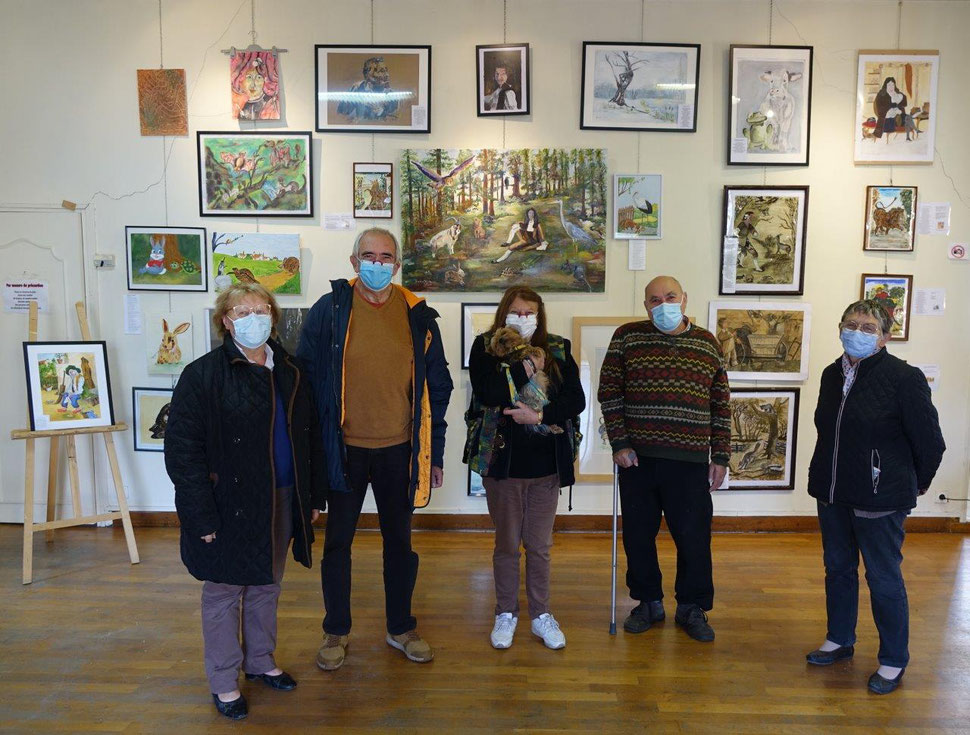 Jacqueline Gouby, au centre, entourée de quelques peintres de l'atelier libre.