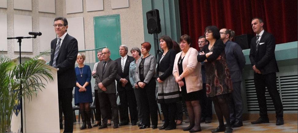 Michel Courteaux présente ses vœux à la population, entouré de l'équipe municipale.