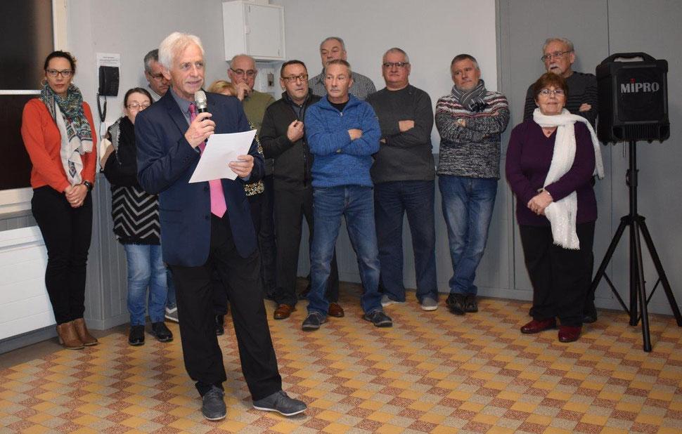 Claude Jacquin présente ses vœux entouré du conseil municipal.