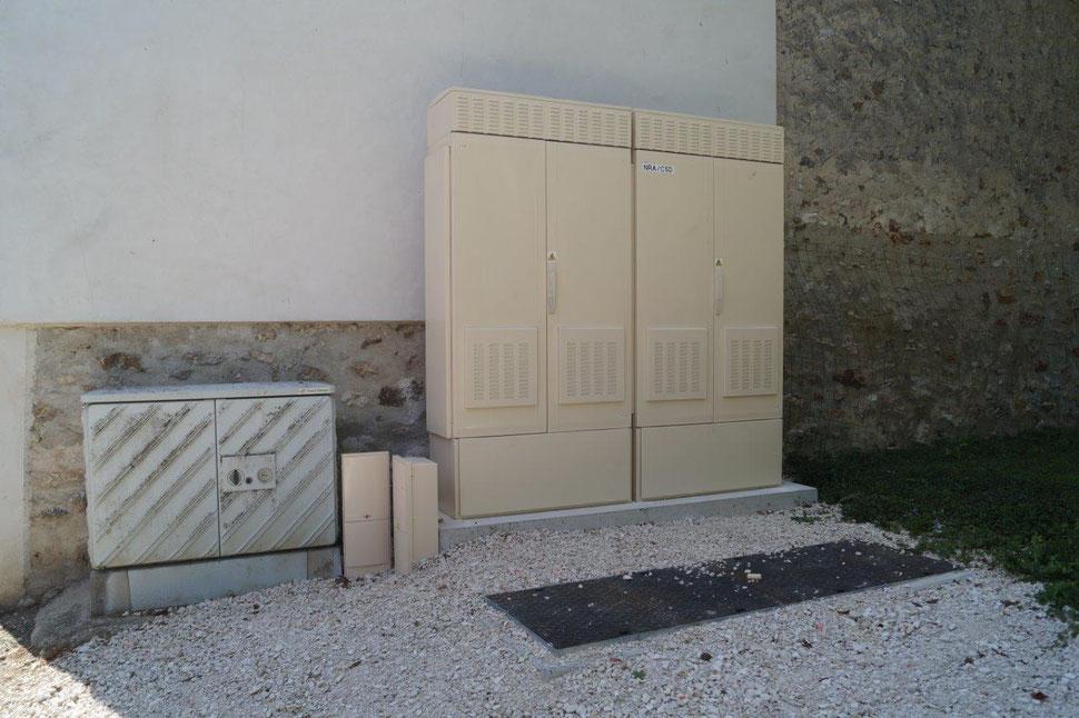 La Chapelle-Monthodon (02). A droite, couleur ivoire, l'armoire NRA (noeud de raccordement abonnés).