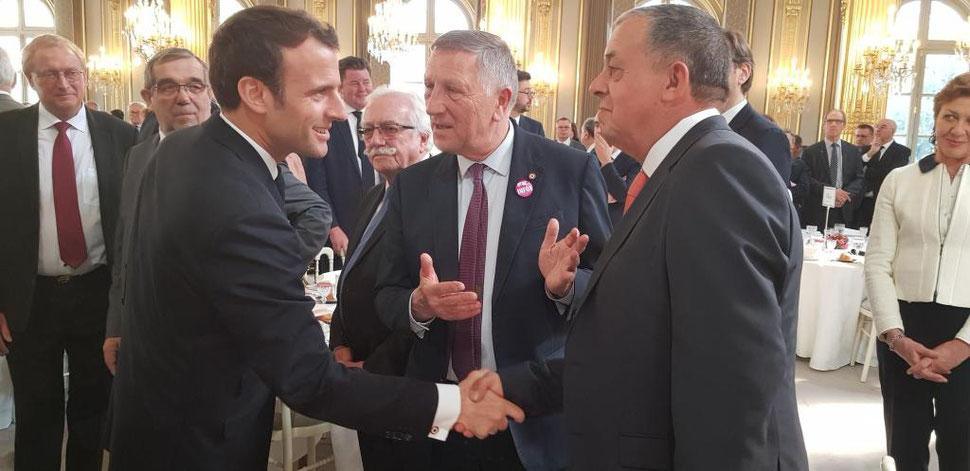 Au centre, Jacques Krabal présente Jean-Paul Roseleux, maire de Fère-en-Tardenois, au président de la République.